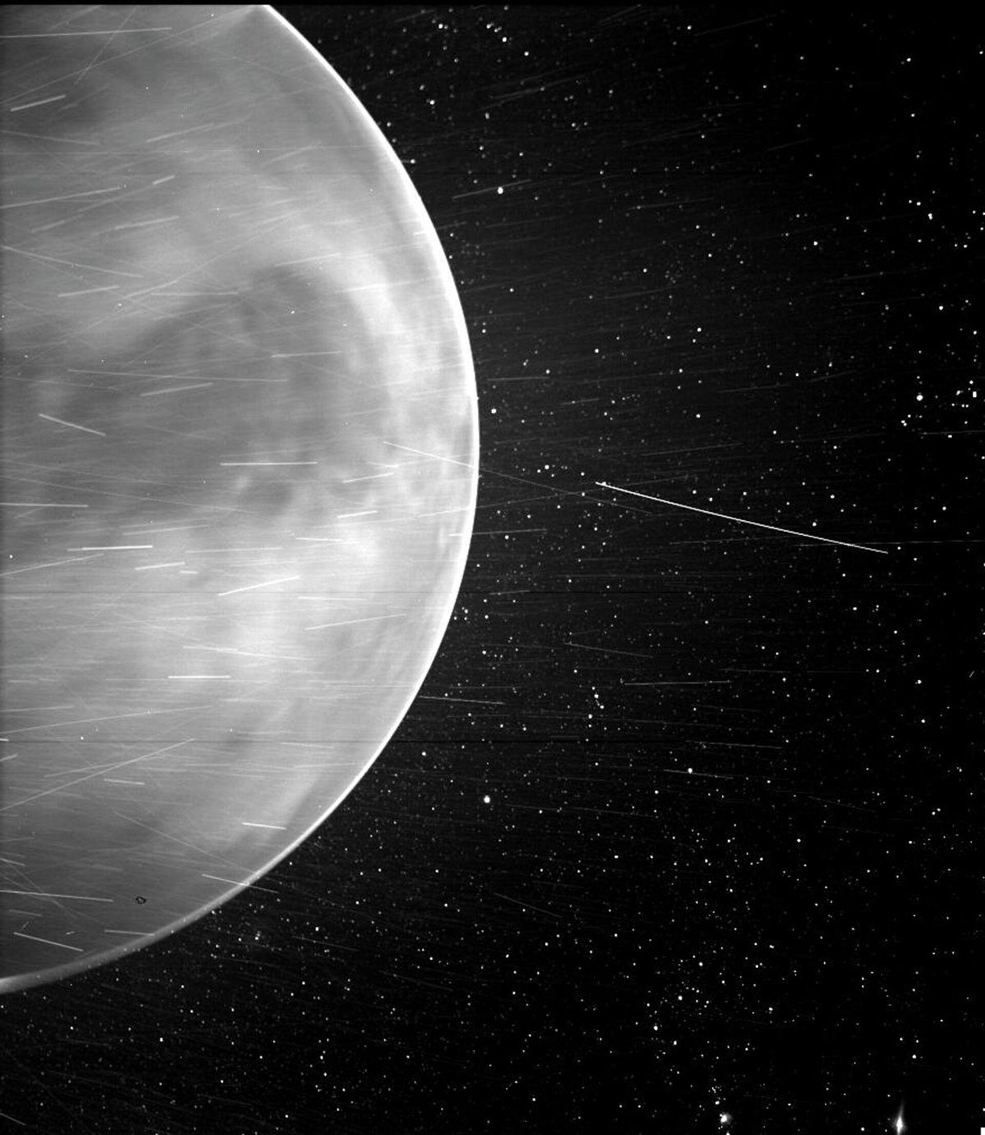 Během těsného průletu nad Venuší v červenci 2020 zachytila sluneční sonda Parker úchvatné výhledy na planetu a ukázala části jejího povrchu. Poprvé se podařilo zachytit na snímku noční záři v atmosféře Venuše. - Sputnik Česká republika, 1920, 20.04.2021