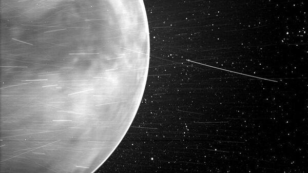 Během těsného průletu nad Venuší v červenci 2020 zachytila sluneční sonda Parker úchvatné výhledy na planetu a ukázala části jejího povrchu. Poprvé se podařilo zachytit na snímku noční záři v atmosféře Venuše. - Sputnik Česká republika