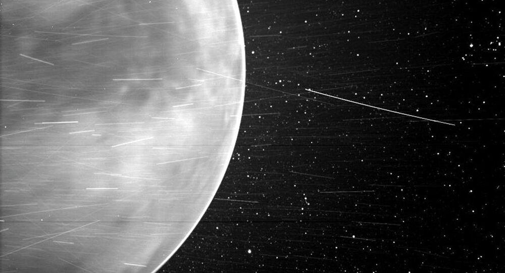 Během těsného průletu nad Venuší v červenci 2020 zachytila sluneční sonda Parker úchvatné výhledy na planetu a ukázala části jejího povrchu. Poprvé se podařilo zachytit na snímku noční záři v atmosféře Venuše.
