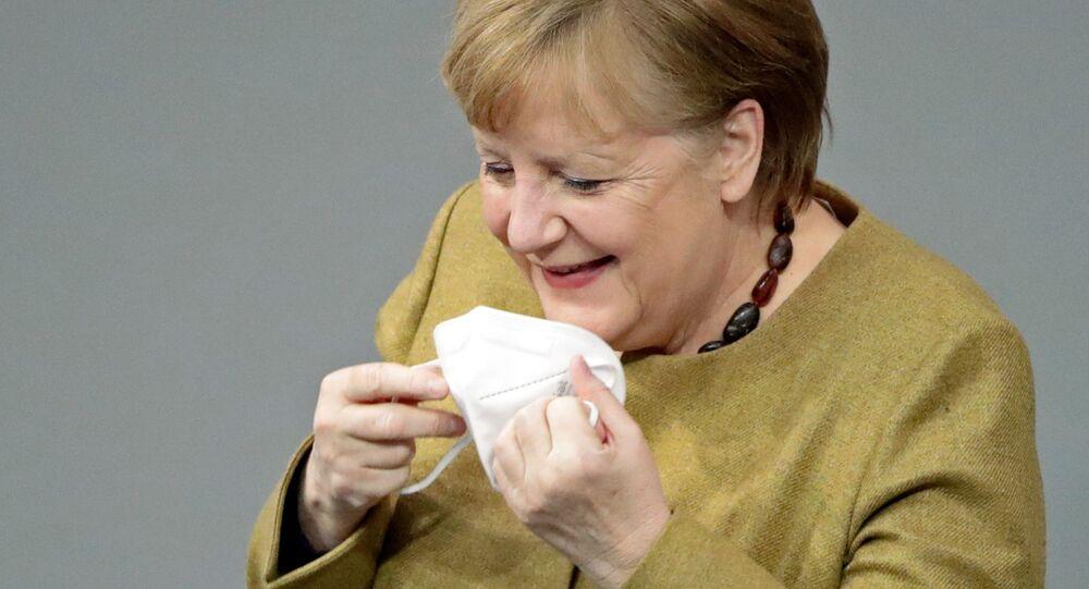 Německá kancléřka Angela Merkelová si zapomněla nasadit roušku