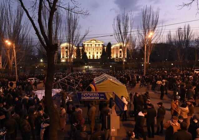 Opoziční aktivisté před arménským parlamentem v Jerevanu