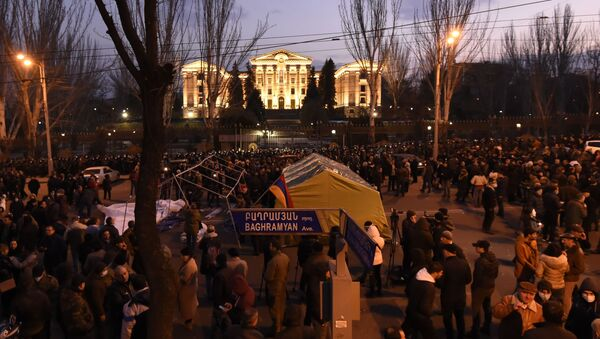 Opoziční aktivisté před arménským parlamentem v Jerevanu - Sputnik Česká republika
