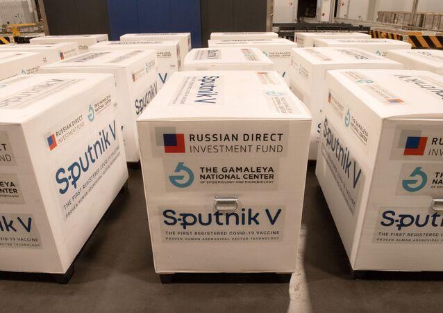 Zásilka s ruskou vakcínou Sputnik V proti koronavirové infekci covid-19