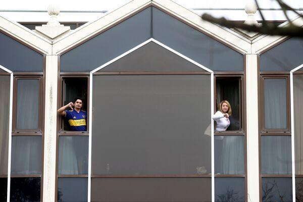 Lidé se dívají z oken hotelu Radisson Blue u letiště Heathrow. - Sputnik Česká republika