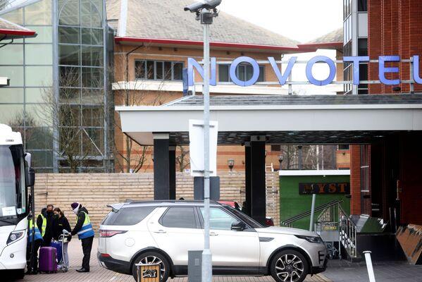 Lidé přijíždějí do hotelu Novotel na letišti Heathrow, aby nastoupili na povinnou karanténu. - Sputnik Česká republika
