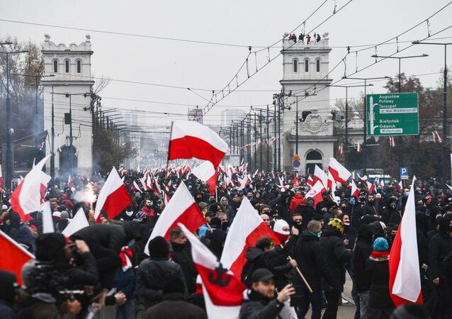 Účastníci tradičního pochodu ve Varšavě uspořádaného nacionalisty při příležitosti Dne nezávislosti Polska