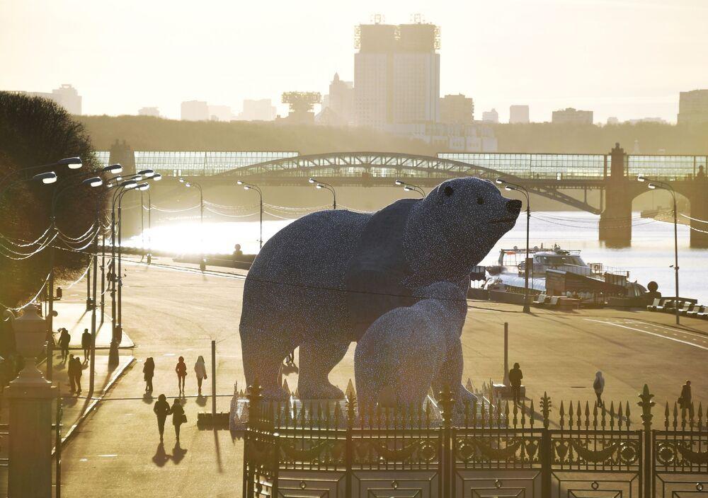 Postavy ledních medvědů v Centrálním parku kultury a odpočinku Gorkého v Moskvě