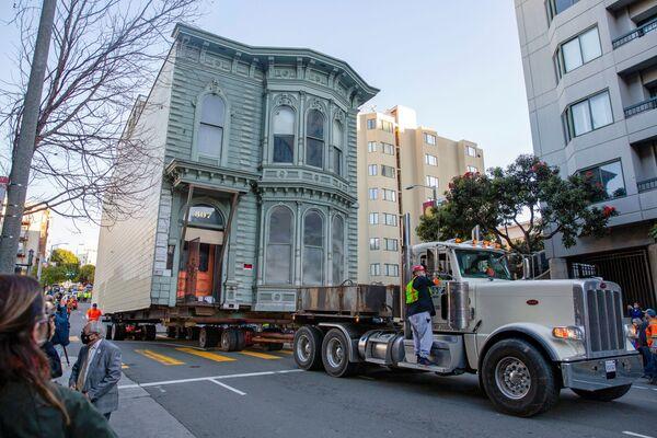 Kamion převezl 139 let staré viktoriánské sídlo na novou adresu v San Franciscu.   - Sputnik Česká republika
