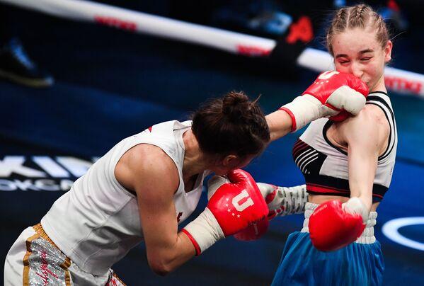 Fatima Dudijevová během boxerského zápasu s Tatianou Aleksejevovou. - Sputnik Česká republika
