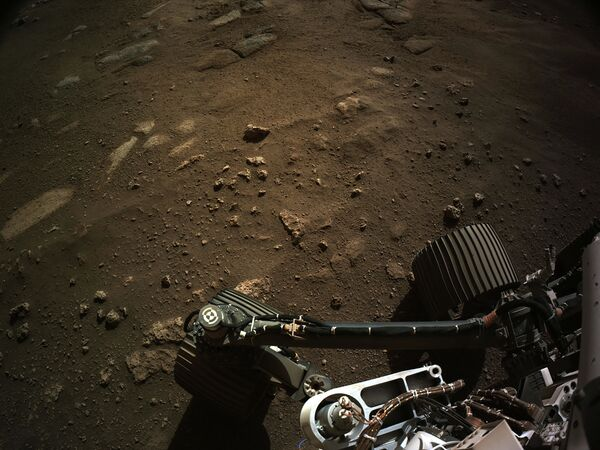 Pohled z navigační kamery roveru Perseverance na Marsu. - Sputnik Česká republika