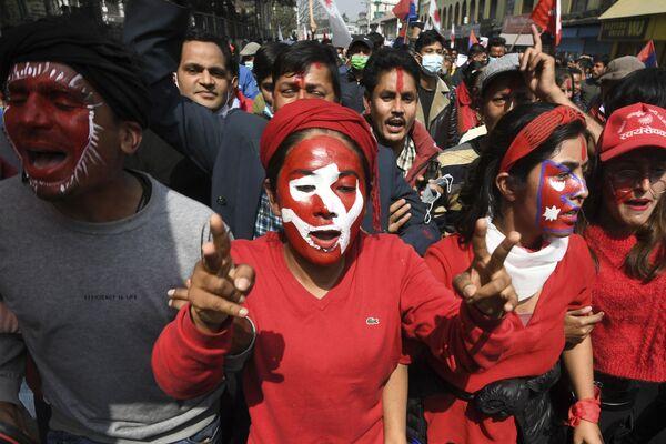 Stoupenci nepálské vládnoucí frakce komunistické strany během protestu. - Sputnik Česká republika