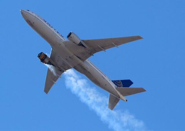 Boeing s hořícím motorem. Ilustrační foto