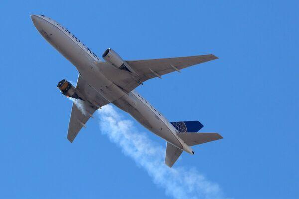 Boeing 777 společnosti United Airlines letí s hořícím motorem nad Denverem.    - Sputnik Česká republika
