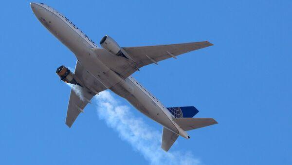 Boeing s hořícím motorem. Ilustrační foto - Sputnik Česká republika