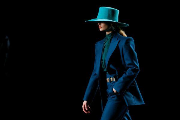Modelka během přehlídky kolekce Alberta Ferrettiho na Milánském týdnu módy v Itálii.  - Sputnik Česká republika