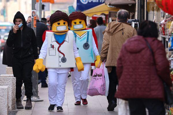 Lidé v kostýmech Lega chodí po ulici v Jeruzalémě.  - Sputnik Česká republika