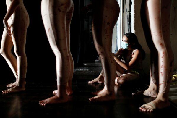 Tanečnice v lékařské masce během vystoupení v Domě umění v Jakartě v Indonésii. - Sputnik Česká republika