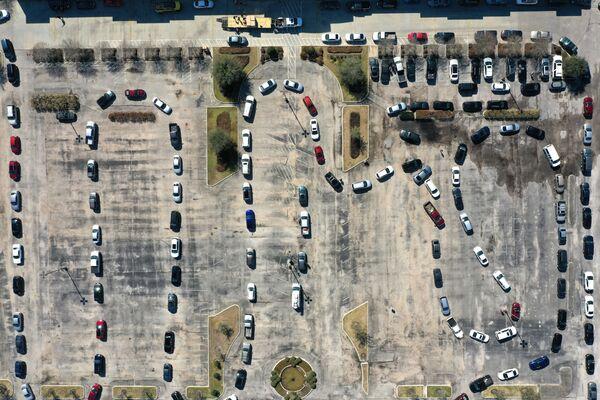 Letecký pohled na frontu z aut přijíždějících k vodě v Texasu. - Sputnik Česká republika