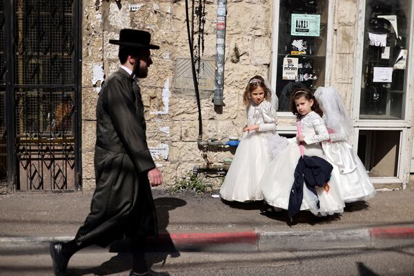 Dívky ve svatebních šatech u příležitosti nadcházejícího židovského svátku purim v Jeruzalémě, Izrael.  - Sputnik Česká republika