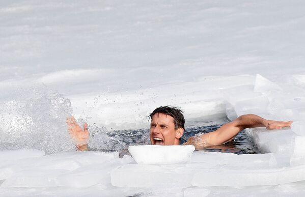 Český freediver David Vencl vytvořil světový rekord v plavání pod ledem.  - Sputnik Česká republika