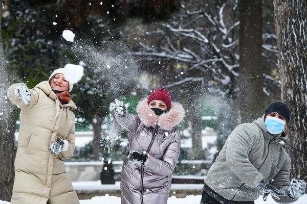 Lidé se koulují na jedné z ulic v Baku. - Sputnik Česká republika