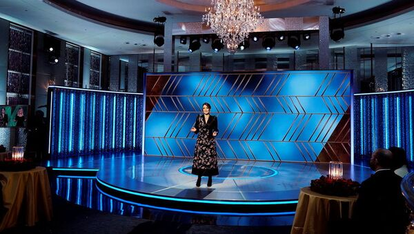 Slavnostní večer uváděly komičky Tina Feyová z New Yorku a Amy Poehlerová z Los Angeles z hotelu Beverly Hilton, kde se tradičně ceny udílejí - Sputnik Česká republika