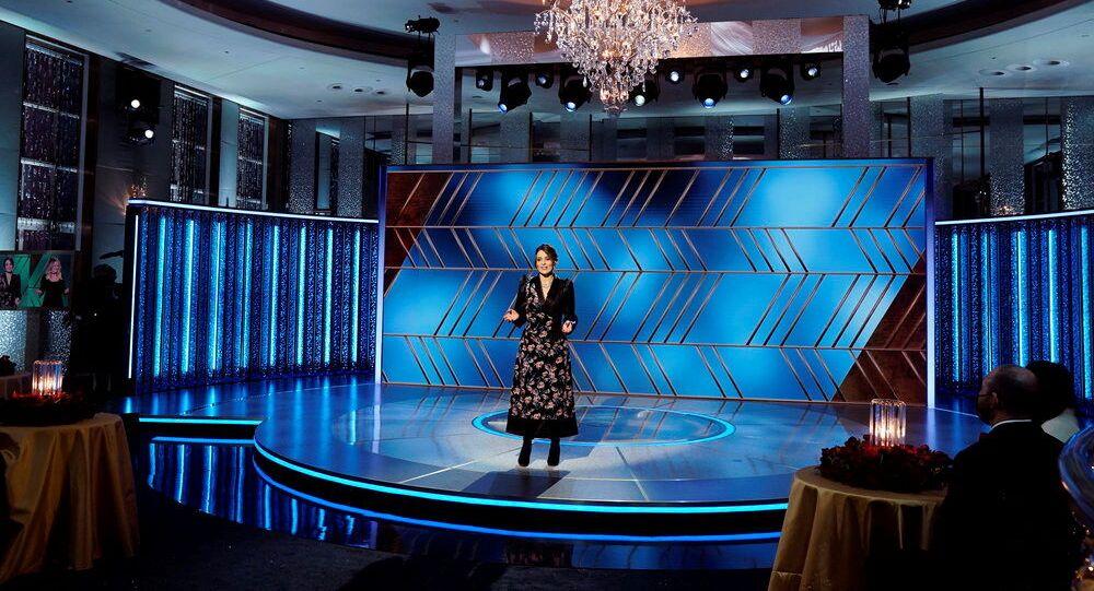 Slavnostní večer uváděly komičky Tina Feyová z New Yorku a Amy Poehlerová z Los Angeles z hotelu Beverly Hilton, kde se tradičně ceny udílejí