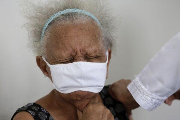 90letá Justina Batista během očkování proti covidu-19 čínskou vakcínou Sinovac v Brasilii, Brazílie.  - Sputnik Česká republika