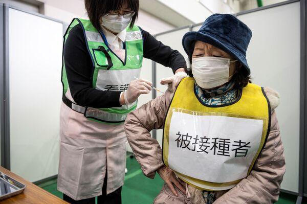 Zdravotní sestra během očkovacího cvičení v Kawasaki, Japonsko. - Sputnik Česká republika