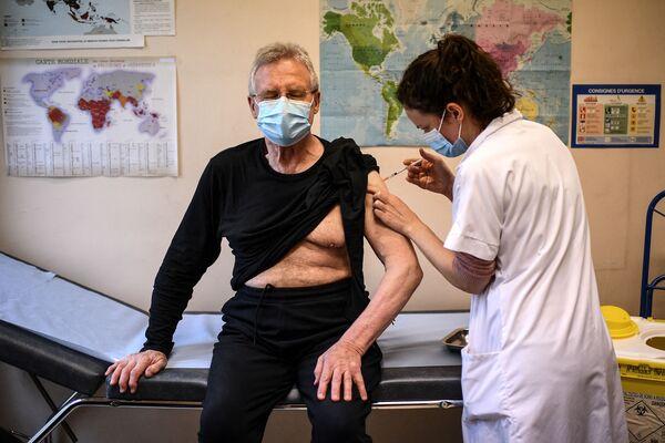 Starší muž očkovaný proti covidu-19 v Paříži.  - Sputnik Česká republika