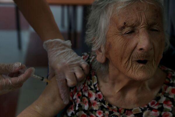 Obyvatel pečovatelského domu během očkování CoronaVac v Chile.  - Sputnik Česká republika