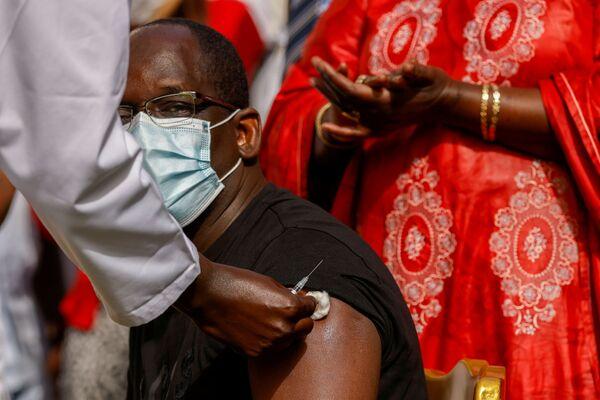 Senegalský ministr zdravotnictví Abdoulaye Diouf Sarr během očkování v Dakaru.  - Sputnik Česká republika