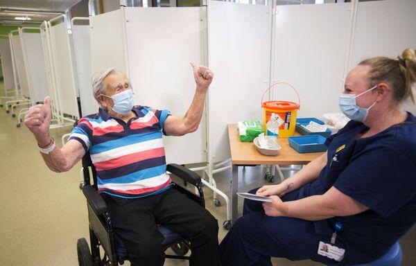 98letý Henry (Jack) Woakes po očkování Pfizerem-BioNTech v Bristolu v Anglii.  - Sputnik Česká republika