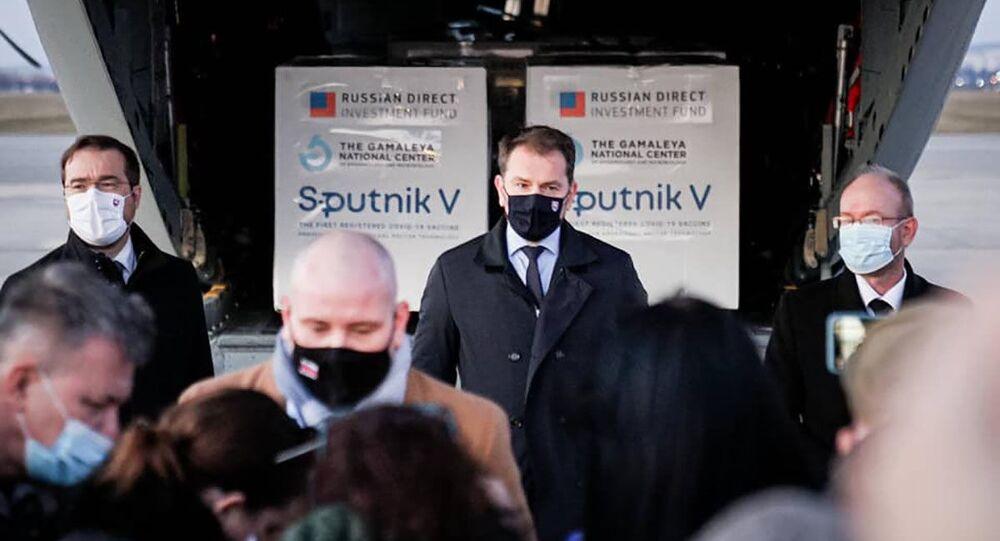 Premiér Matovič během tiskové konference na letišti v Košicích