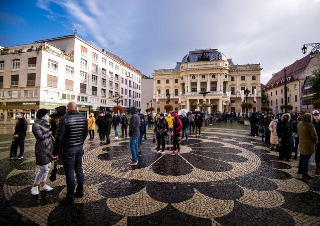 Lidé čekají na test na koronavirus v Bratislavě