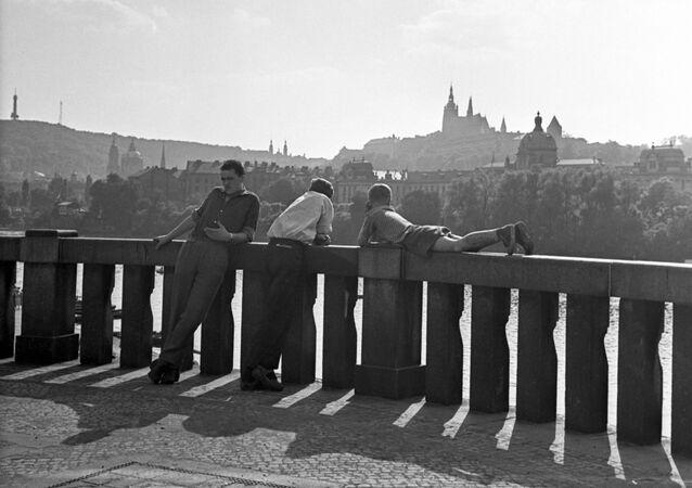 Pohled na Pražský hrad z nábřeží Vltavy v Praze, 1962