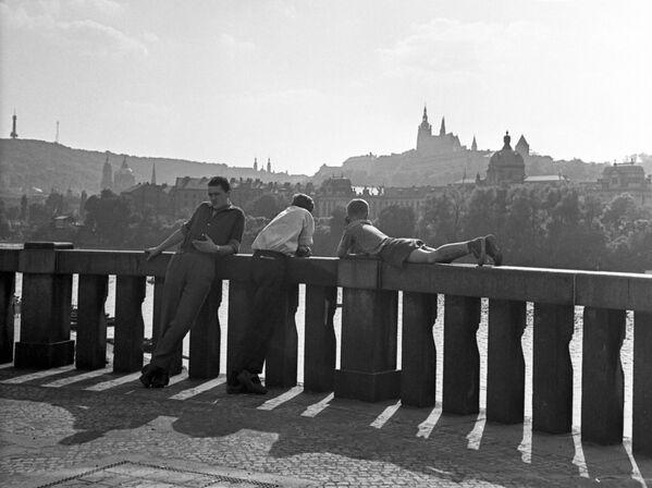 Pohled na Pražský hrad z nábřeží Vltavy v Praze, 1962. - Sputnik Česká republika