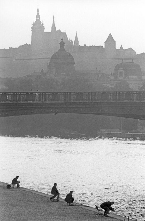 Rybáři na břehu Vltavy v Praze, 1968. - Sputnik Česká republika
