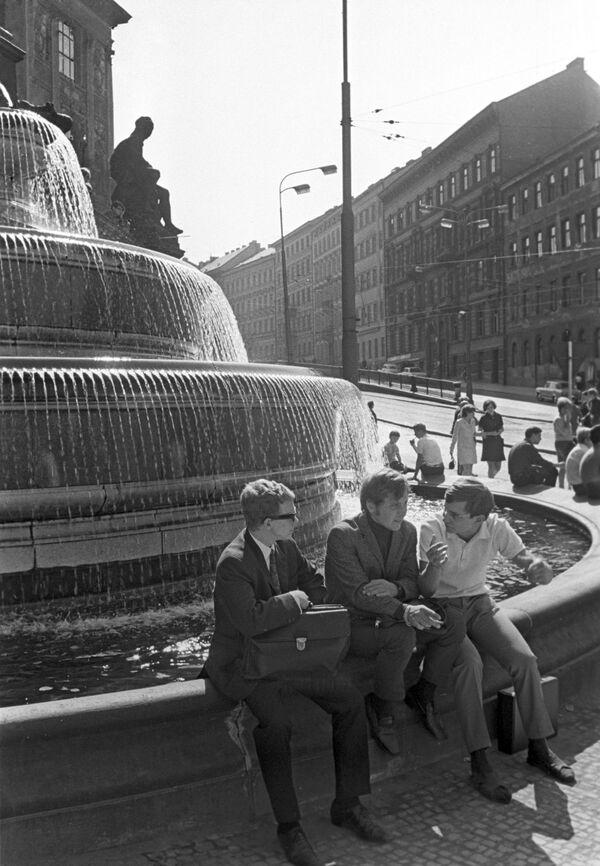 Kašna před vchodem do Národního muzea v Praze na Václavském náměstí, 1968. - Sputnik Česká republika