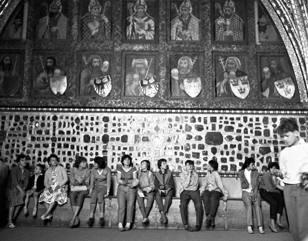Návštěvníci starého hradu Karlštejn u Prahy, 1962