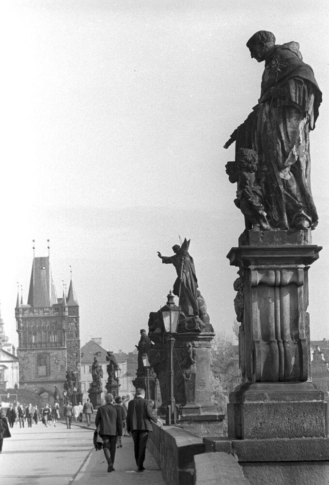 Pohled na Karlův most v Praze, 1968