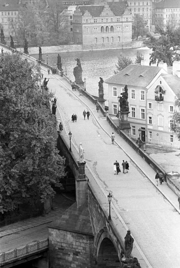 Pohled na Karlův most v Praze, 1968. - Sputnik Česká republika