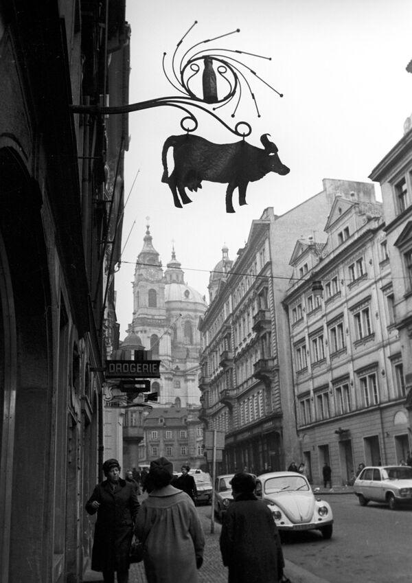 Na jedné z ulic Starého Města v Praze, 1968. - Sputnik Česká republika