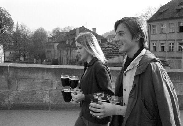 Mládež na ulici v Praze, 1969. - Sputnik Česká republika