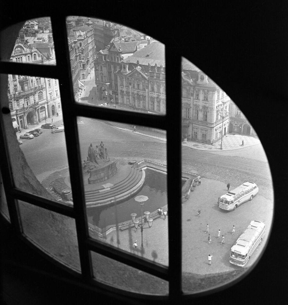 Pohled na Staroměstské náměstí z okna Staroměstské radnice v Praze, 1962