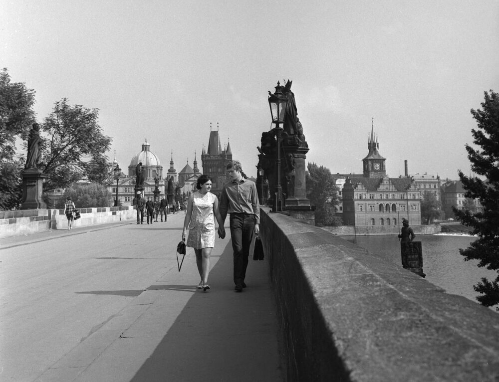 Karlův most v Praze přes Vltavu, 1968