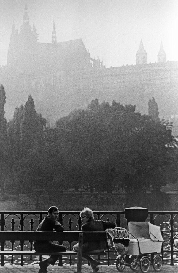 Rodina na nábřeží Prahy, 1968. - Sputnik Česká republika