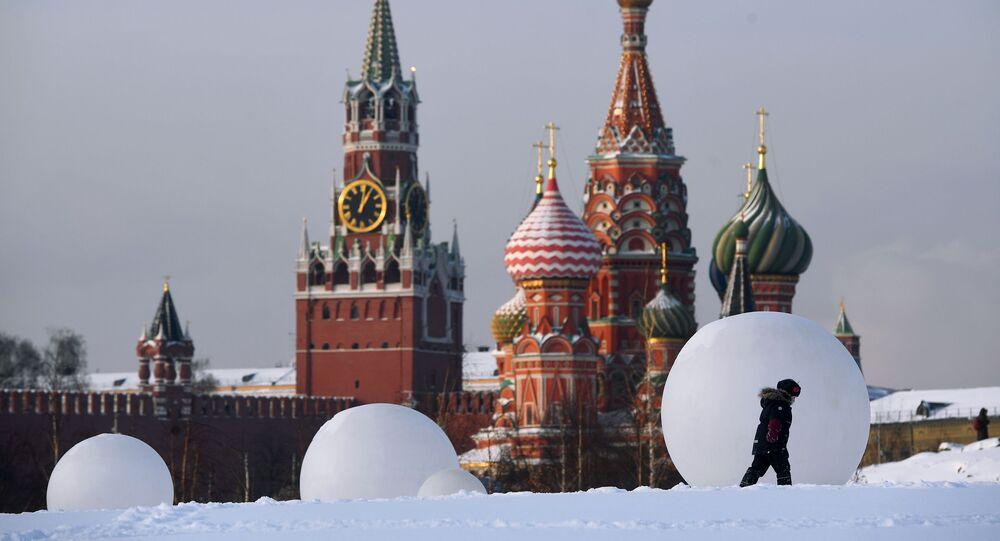 Chrám Vasila Blaženého a Spasská věž Kremlu