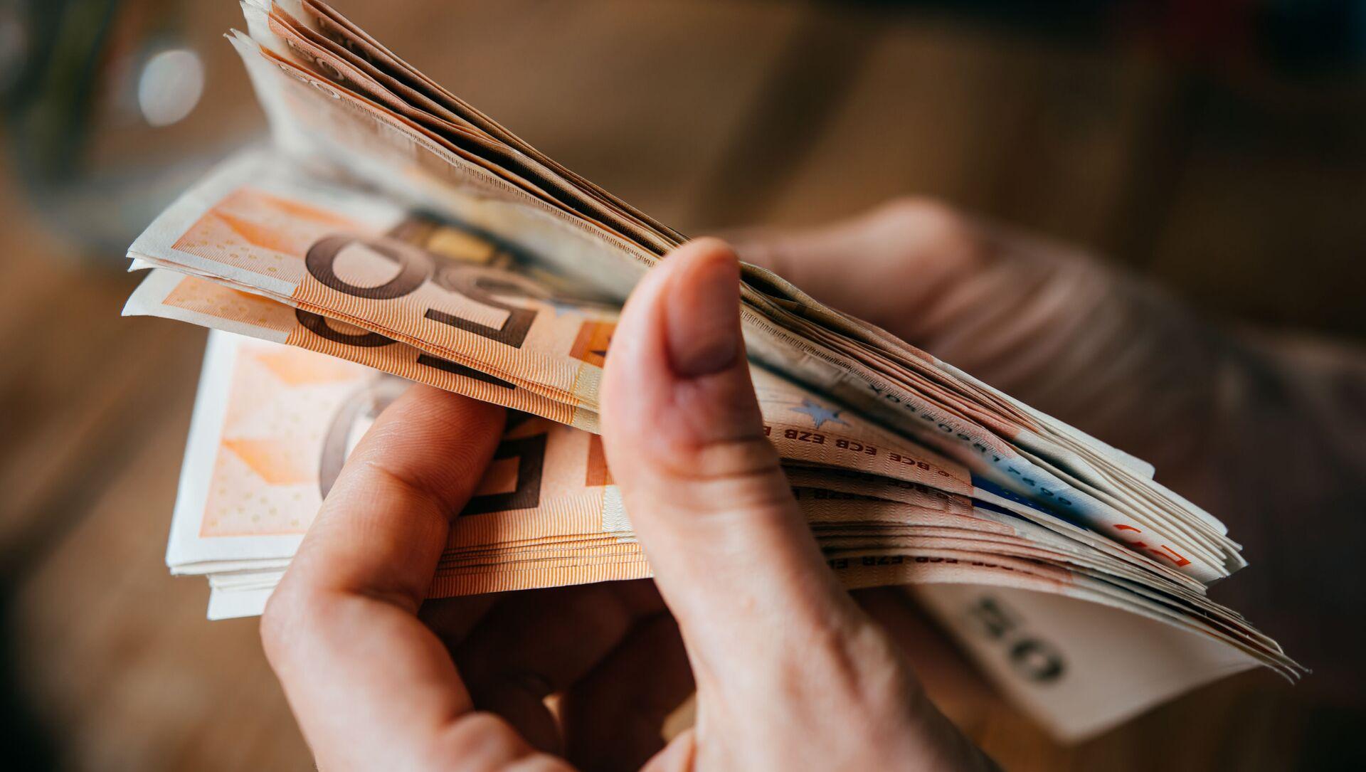 Euro bankovky v ruce - Sputnik Česká republika, 1920, 03.03.2021