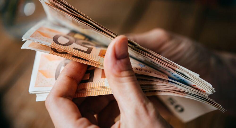 Euro bankovky v ruce